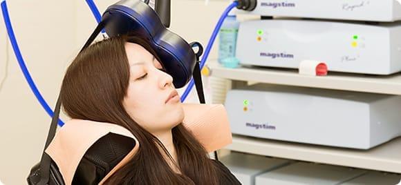 うつ磁気刺激治療(TMS)の様子